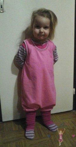 Babyandkidfashion, kislány áll a szobájában, az általunk készített babaruhában, kép.