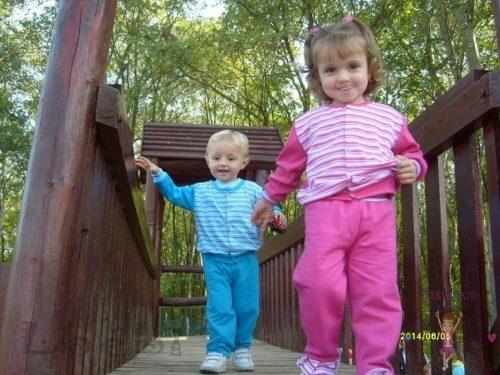 Babyandkidfashion, cuki kisgyerekek mennek a hídon, az általunk készített ruhában, kép.