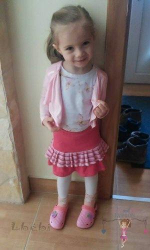Babyandkidfashion, kislány szoknya kedves szép kislányon, az általunk készített ruhában, kép.