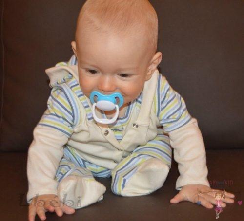 Babyandkidfashion, kisbaba cumizik az ülőgarnitúrán ülve, az általunk készített ruhában, kép.