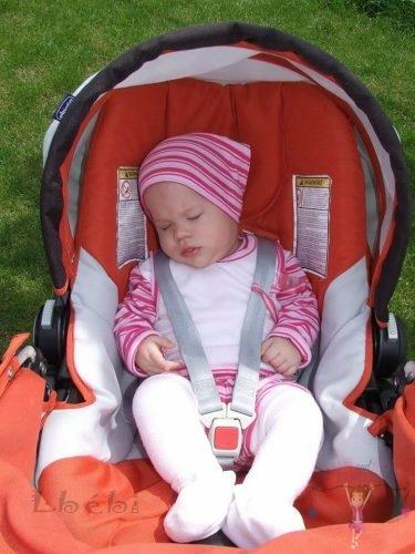 Babyandkidfashion, kisbaba babakocsiban alszik, az általunk készített ruhában, kép.
