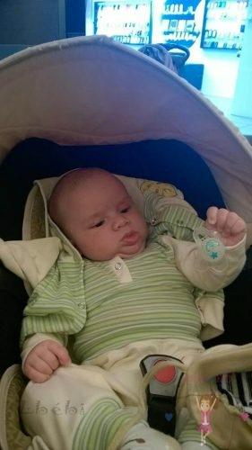Babyandkidfashion, kisbaba a babakocsiban, általunk készített fiú ruhában, kép.