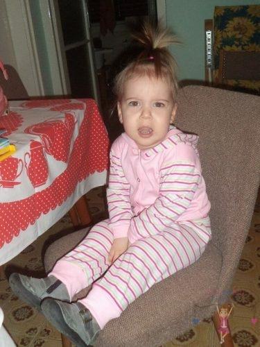 Babyandkidfashion, copfos kislány ül a széken, kép.