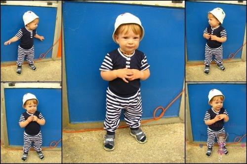 Babyandkidfashion, kisfiú áll az udvaron, az általunk készített babaruhában, kép.
