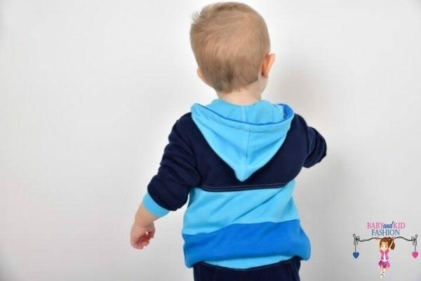 babyandkidfashion, kisfiú, kék színű variációkkal lévő két részes szettben, kép.