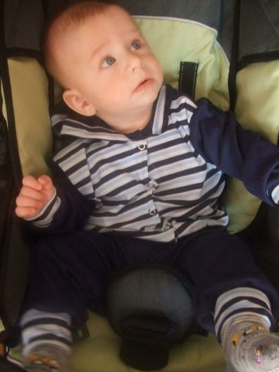 babyandkidfashion, cuki kisbaba ül az gyerekülésben, kép.