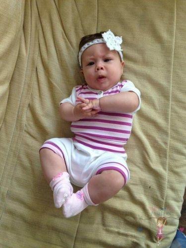 Babaruha cuki babáknak, ízléses lila csíkos pamut szettbe öltöztetett cuki kisbaba, kép.