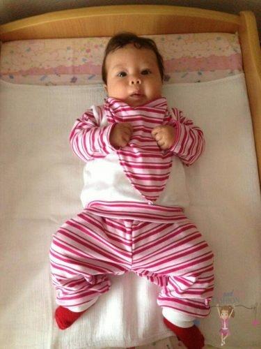 babyandkidfashion, cuki kislány fekszik az ágyon, kép.