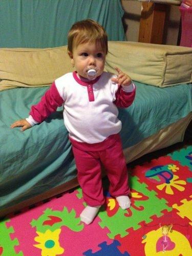 babyandkidfashion, kisbaba áll a szőnyegen, kép.