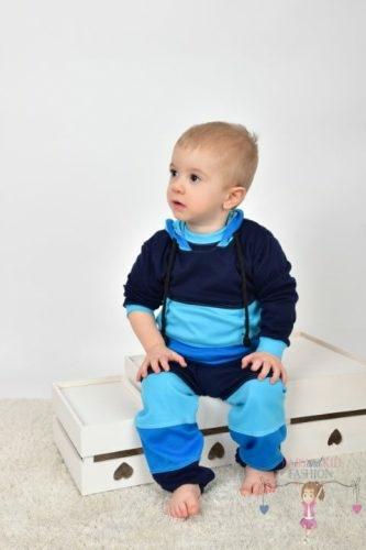 Ládán csücsülő kisfiú, kék színű variációkkal lévő két részes szettben, kép.