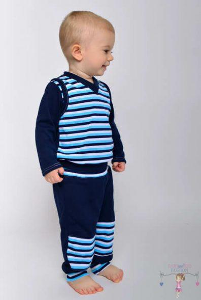 Kisfiú baba sötétkék csíkos pamut szettben, mellényben és sötétkék nadrágban van a képen.