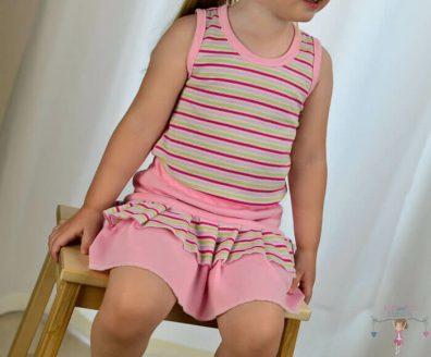 babyandkidfashion, rózsaszín csíkos fodros szoknya, rózsaszín csíkos bodyval, kislányon, kép.
