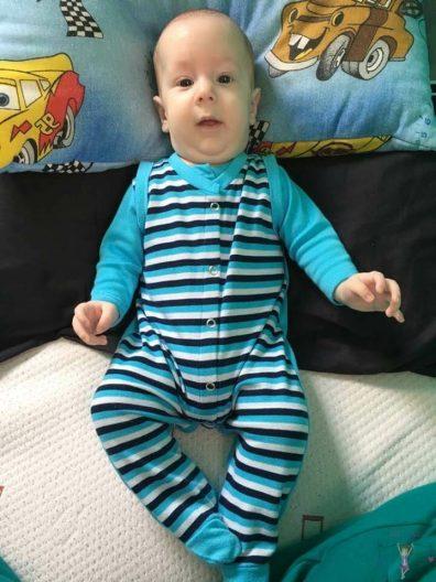 babyandkidfashion, egy cuki kisbaba kék csíkos rugdalózóban, kép.