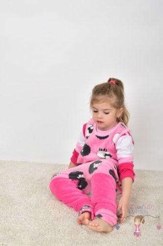 szőnyegen csücsülő kislány, tipegő hálózsákban, wellsoft, rózsaszín alapon szürke bárányos, termékkép.