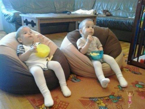 Babyandkidfashion gyerekek, az általunk készített gyerek bodyban, babzsákon ülve esznek, kép.