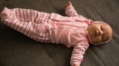 Miért jobb a lábfejes babanadrág? Cikkünkben tapasztalt anyukák észérveit sorolom fel, hogy miért érdemes választani a talpas babanadrágot. Kislány babán rózsaszín kislányos szett, rózsaszín csíkos lábfejes babanadrág és hozzá illő kocsikabát, kép.