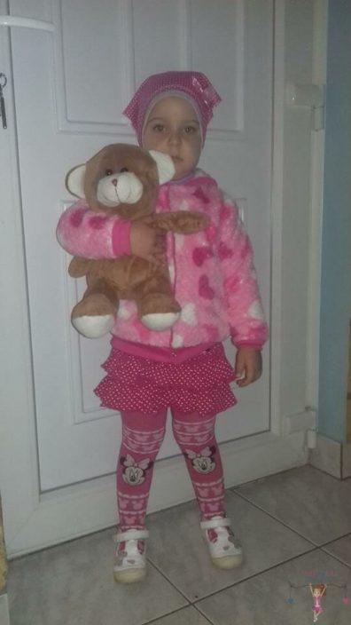 babyandkidfashion kislány az általunk készített gyerekruhában, plüssmacival a kezében, kép.