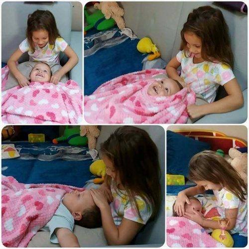 babatakaró, rózsaszín wellsoft babatakaróval játszó kisfiú és kislány, kép.