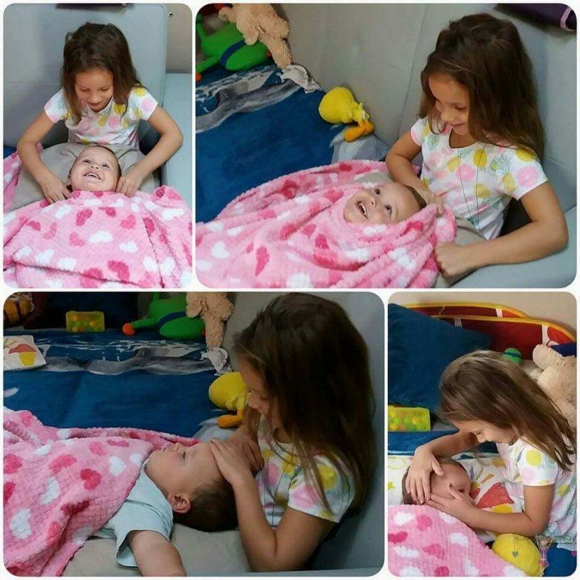 babyandkidfashion kisgyerekek az általunk készített babatakaróval játszanak, kép.