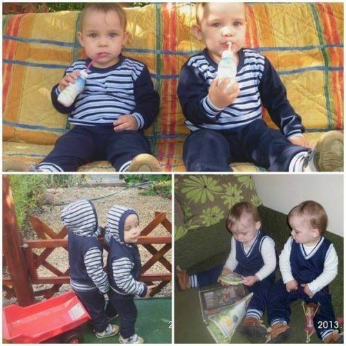 Iker fiú ruhák, iker babák egyforma sötétkék csíkos szettben játszanak, kép.