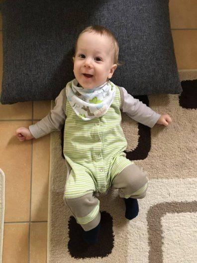 babyandkidfashion baba kép, cuki kisbaba zöld csíkos babaruhában, kép.