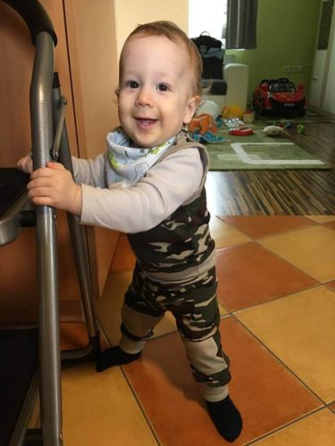 Babyandkidfashion, keki terep babaruha szett egy mosolygós kisfiún, kép.