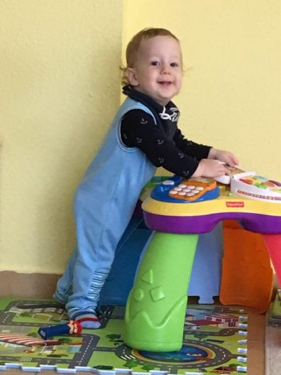babyandkidfashion baba kék ujjatlan rugdalózóban, kép.