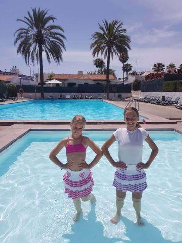 babyandkidfashion, vízben álló kislányok, kislány szoknya kép.