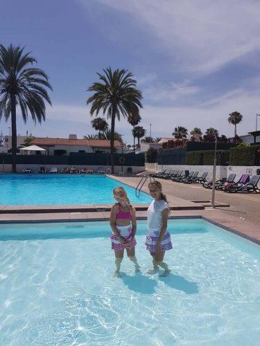 babyandkidfashion, medencében álló kislányok, kislány szoknya kép.