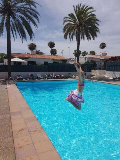 babyandkidfashion, vízbe ugró kislány, kislány szoknya kép.