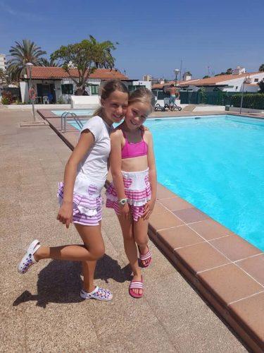babyandkidfashion, medence mellett kislányok, kislány szoknya kép.