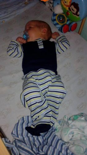 Újszülött fiú babaruha kisbabán.