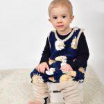 babyandkidfashion ruhában egy wellsoft tipegő hálózsákban, egy kisfiú, kép.
