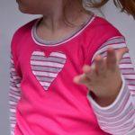 babyandkidfashion ruhában egy pink felsőben, egy kislány, kép.