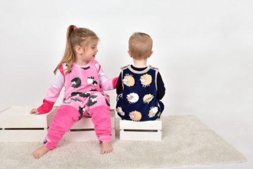 téli hálózsák baba, kisbabák ülnek a ládán az általunk készített téli hálózsákban, kép