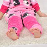 babyandkidfashion ruhában egy wellsoft tipegő hálózsákban, egy kislány, kép.