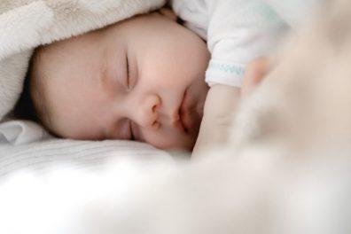Hálózsákra szoktatás, kisbaba alszik a pihe-puha ágyban, kép.