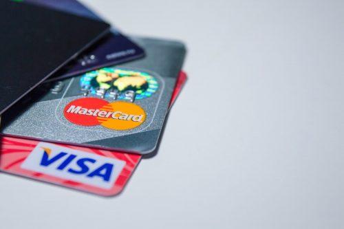 fizetési módok, színes bankkártyák csúsznak ki a tárcából, kép.
