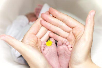 koraszülött babaruha méretek, apró baba lábak, anyai tenyérben, kép.