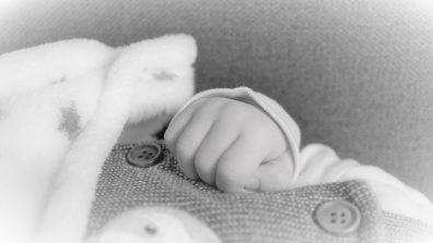baba ruhák, pamutból, kisbaba pamut baba ruhában fekszik, kép.