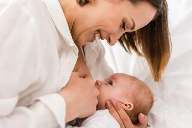 újszülött szoptatása, anyuka szoptatja a kisbabáját, kép.