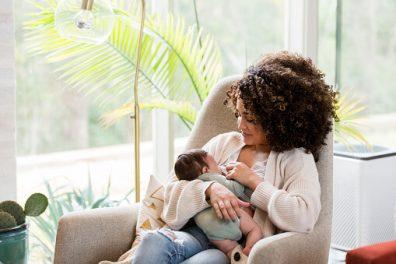 A szoptatás 10 titka, kisbabát szoptató édesanya, kép.