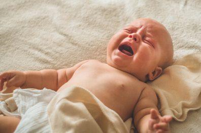 Miért sír a baba, síró újszülött a képen.
