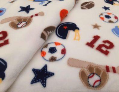 babatakaró, vajszínű alapon, focis mintával, puha téli pléd, termékkép.