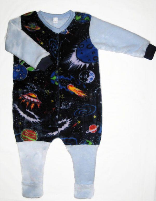 Fiú téli hálózsák, sötétkék alapon bolygó mintás tipegő hálózsák, hosszú világoskék ujjal, termékkép.