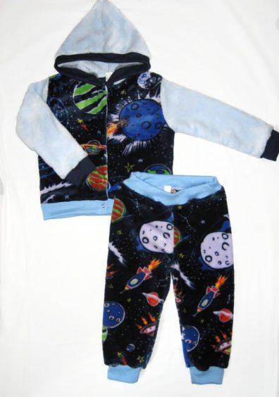 Fiú téli szett , sötétkék alapon, bolygó mintás, kapucnis kocsikabát, elöl végig patentos és színben illő wellsoft nadrág.