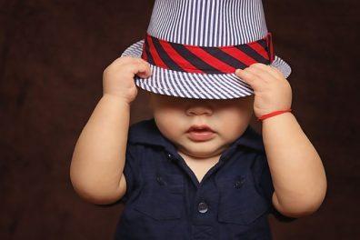 Kisbaba ruha, kalapos kisfiú baba, sötétkék ingben, kép.