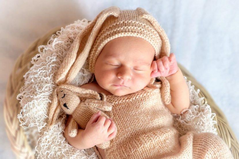 Felkészülés a szülésre, újszülött csecsemő fekszik egy kosárban, kép.