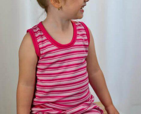 babyandkidfashion, mosolygós kislány, pink csíkos gyerekruha szettben, kép.